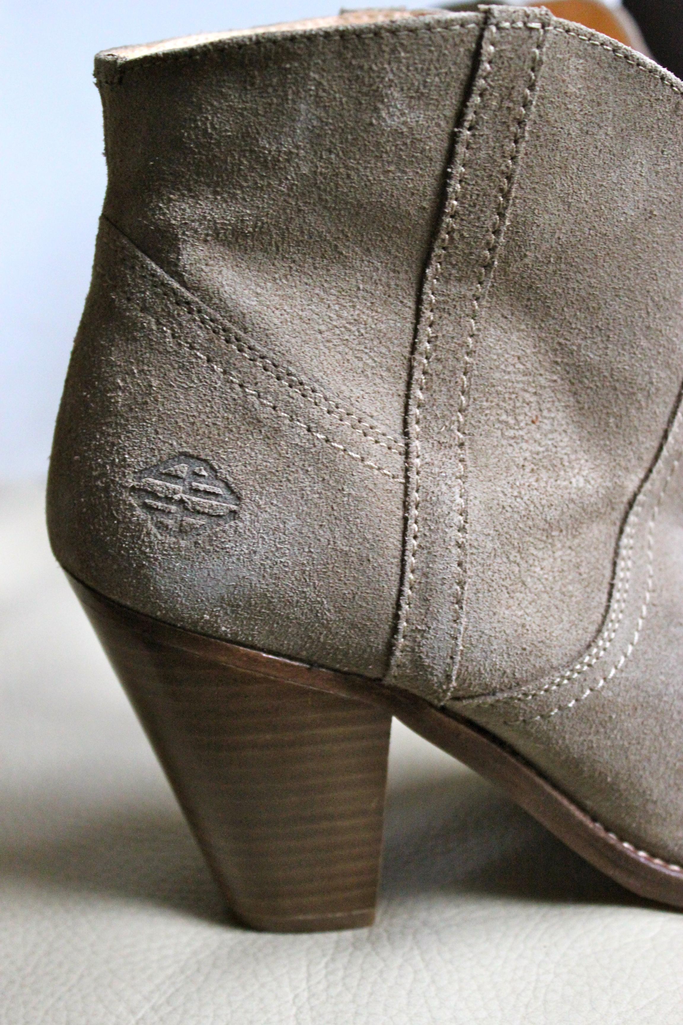 *Ces bottines sont parfaites à mon goût: le talon n'est pas trop haut, elles sont stables et confortables, très bien finies, tout en cuir et cette couleur