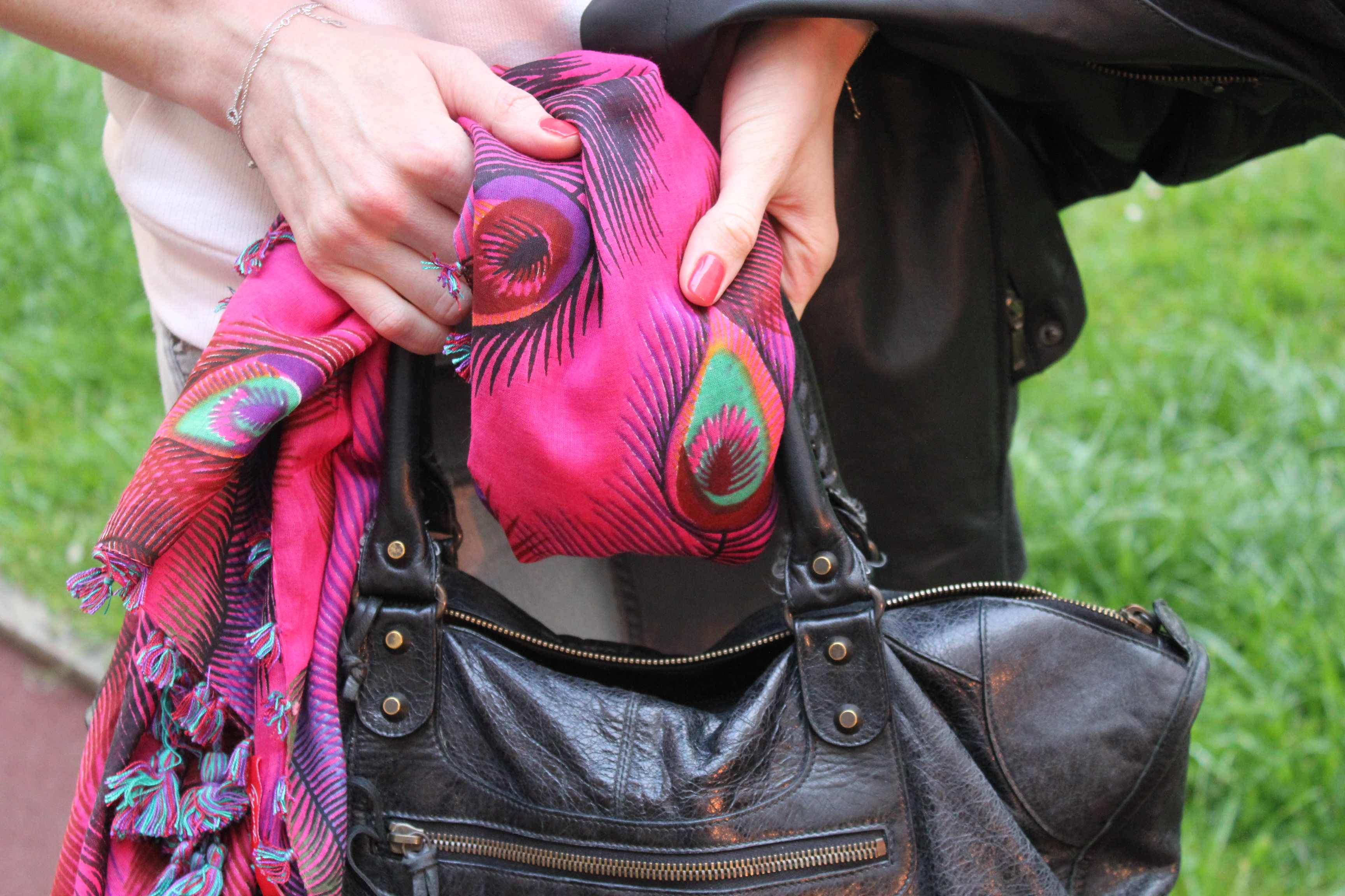 f53353c27734 Bref voici ce foulard rose (ça fait tout de suite moins stylé que « pink  scarf » mais que voulez-vous…)